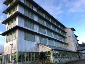 ホテルの外観。日本の茶工場を5階建てにしたイメージ。