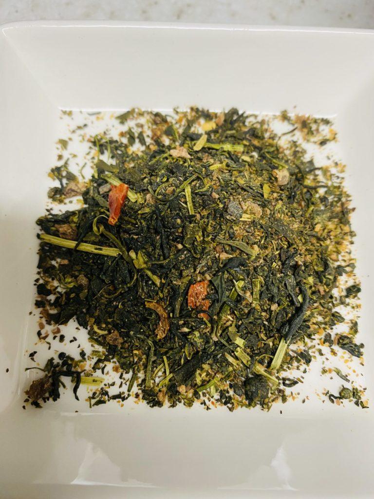 緑茶の中に唐辛子と柚子がゴロゴロ