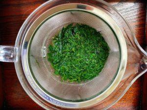 茶葉に熱湯を注ぐ